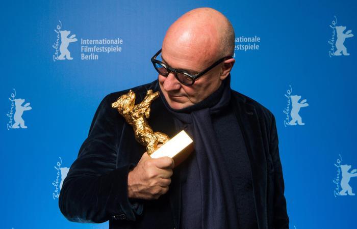 Gianfranco Rosi e la statuetta dell'Orso d'Oro vinto a Berlino con 'Fuocoammare' © ANSA/EPA